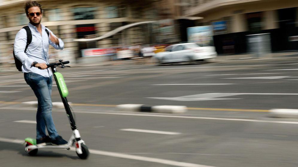 Foto: Un usuario de patientes Lime por las calles de Valencia. (EFE)
