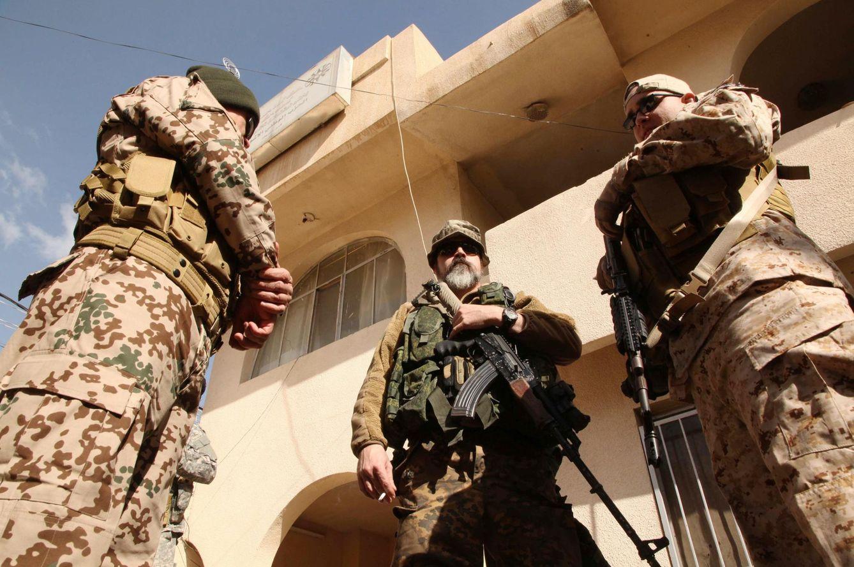 Foto: Scott, un occidental que asegura haberse unido a la milicia cristiana Dwekh Nwasha para luchar contra el ISIS, posa junto a otros voluntarios en Dohuk, Irak, el 13 de febrero de 2015. (Reuters)