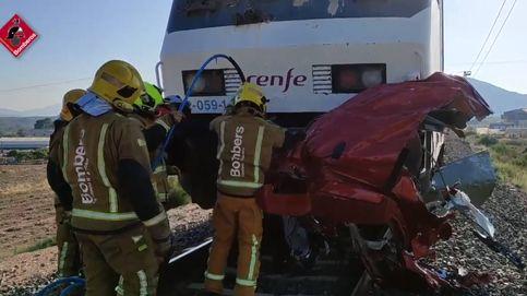 Cuatro fallecidos en un choque entre un tren y un vehículo en un paso a nivel en Alicante