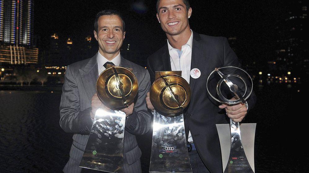 Foto: Cristiano Ronaldo y Jorge Mendes, durante una entrega de premios (EFE/Jorge Monteiro)