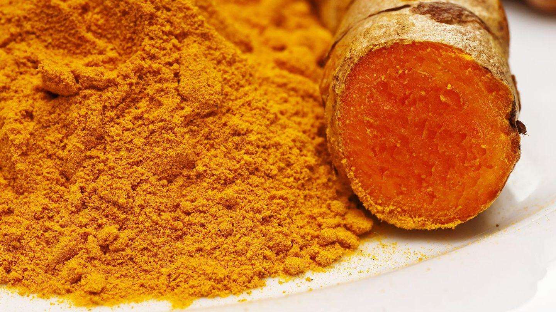 La curcumina se extrae de la cúrcuma, una especia sacada del rizoma del mismo nombre.