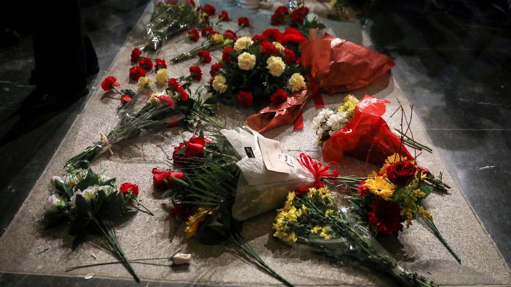 Foto: Varias personas depositan flores en la tumba del dictador Francisco Franco. (Reuters)
