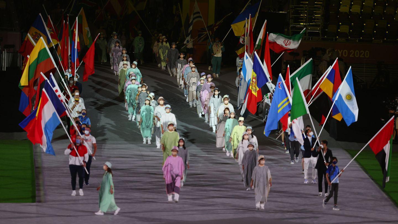 Los abanderados desfilan en Tokio. (Reuters)