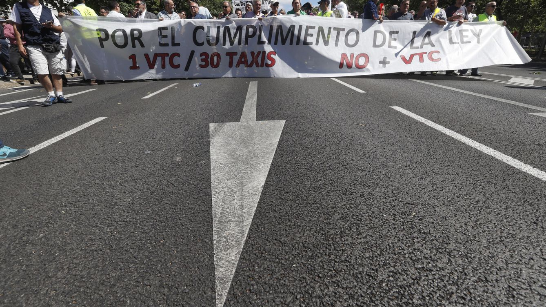 El sector del taxi convoca un paro general para el día 29 tras reunirse con Fomento