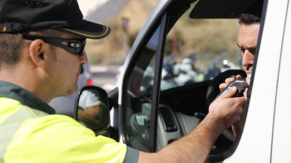 Foto: Un conductor realiza una prueba de alcoholemia durante una campaña de la DGT. (EFE)