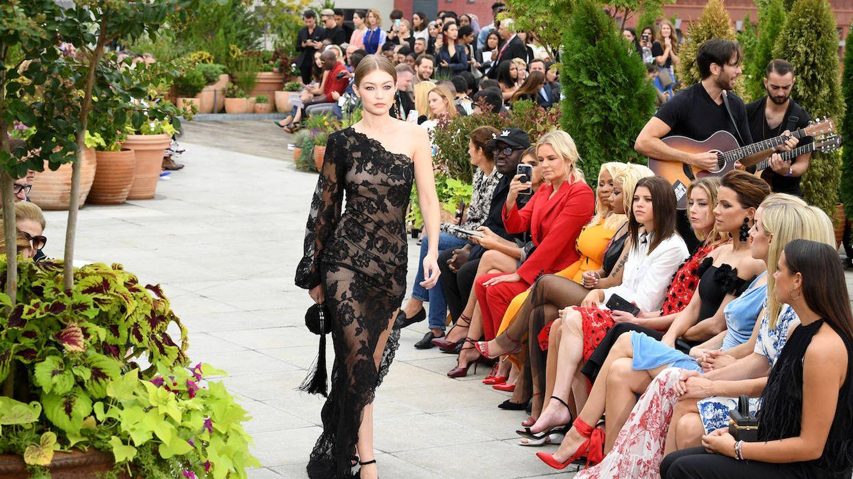 Gigig Hadid desfilando para Óscar de la Renta ante Amber Heard, Kate Beckinsale y Rosie Huntington-Whiteley. (Getty)