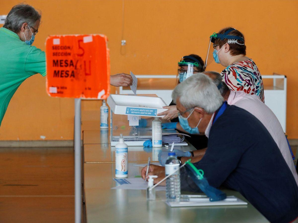 Foto: Un hombre vota en un colegio electoral de la localidad lucense de Lugo. (Efe)