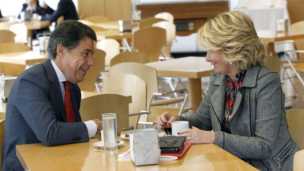 Foto: Esperanza Aguirre conversa con Ignacio González en la cafetería de la Asamblea. (EFE)