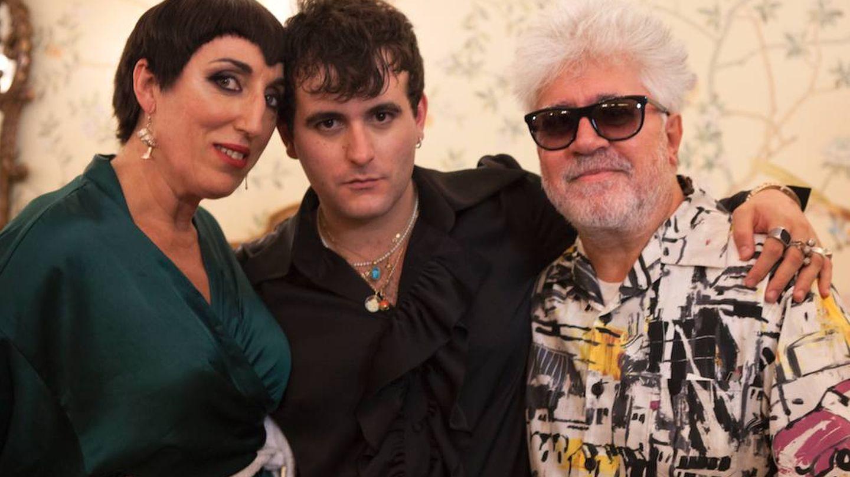 La actriz Rossy de Palma, el diseñador Alejandro Gómez Palomo y el cineasta Pedro Almodóvar durante la presentación de la colección 'Hotel Palomo'. (Cortesía)