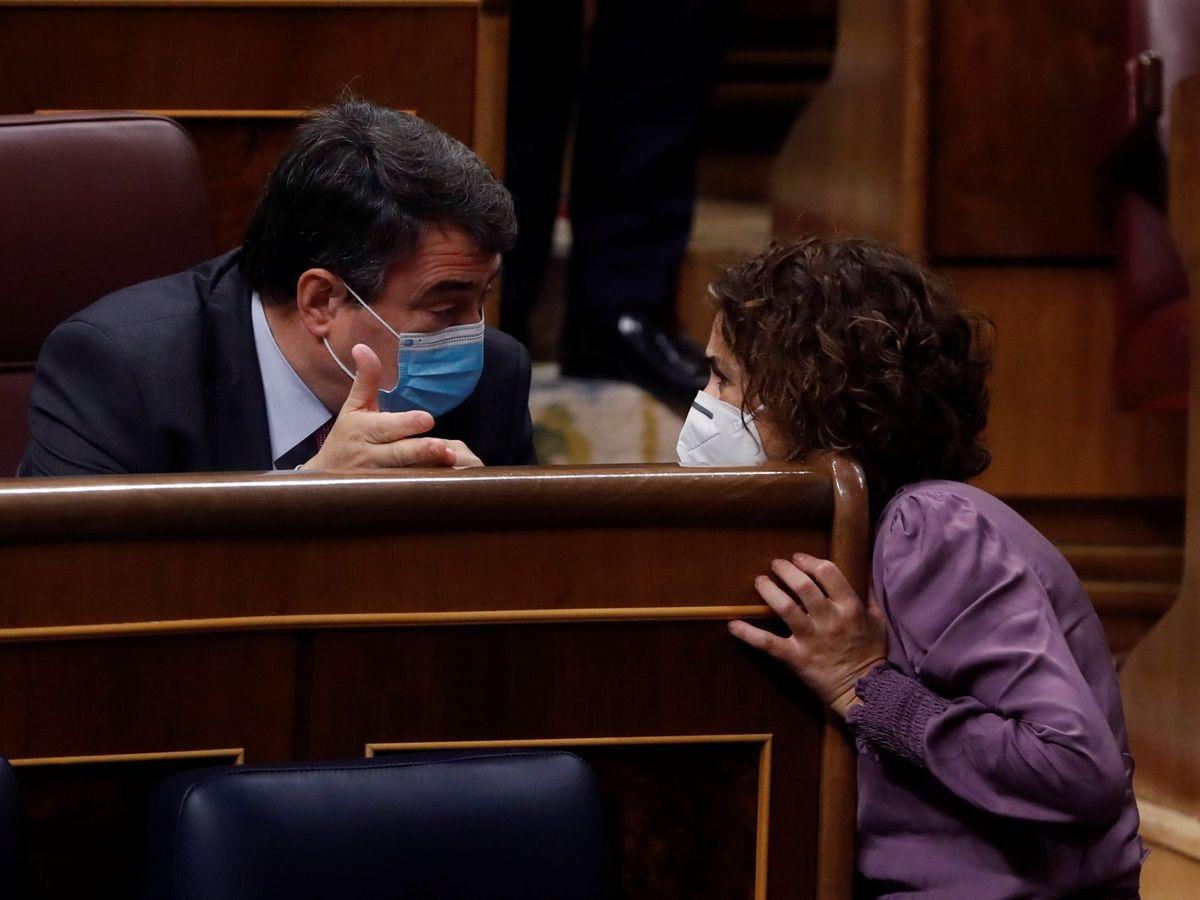 Foto: La ministra de Hacienda, María Jesús Montero, conversa con el portavoz del PNV, Aitor Esteban, este miércoles en el Congreso de los Diputados. (EFE)