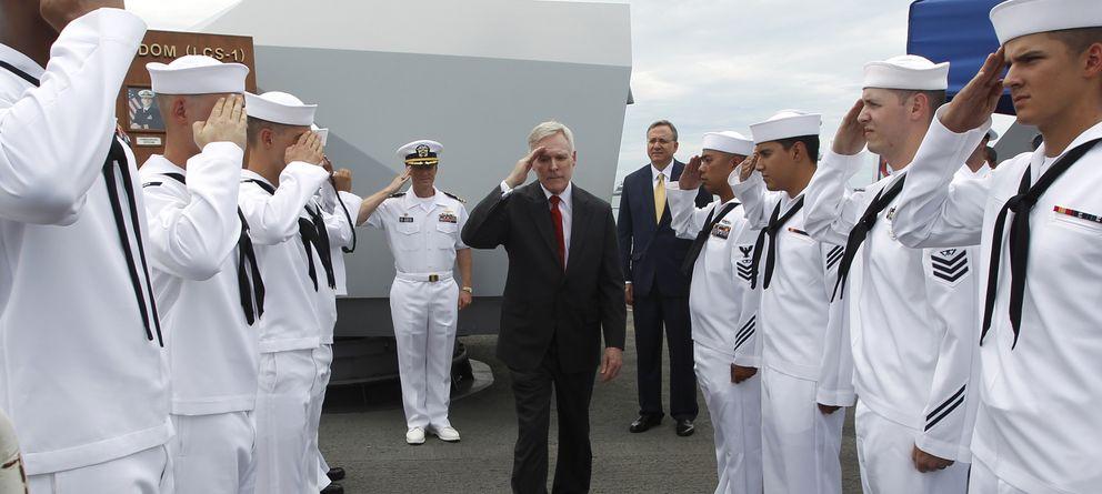 Foto: El Secretario de la Marina Ran Mabus saluda a la tripulación del USS Freedom en la base de Changi en Singapur. (Reuters/Edgar Su)