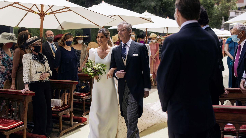 Belén Corsini, de la mano de su padre hacia el altar. (Alejandra Ortiz/EFE)