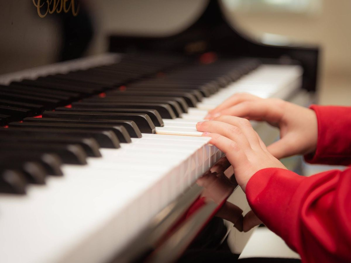 Foto: Un niño tocando el piano. Foto: Pixabay