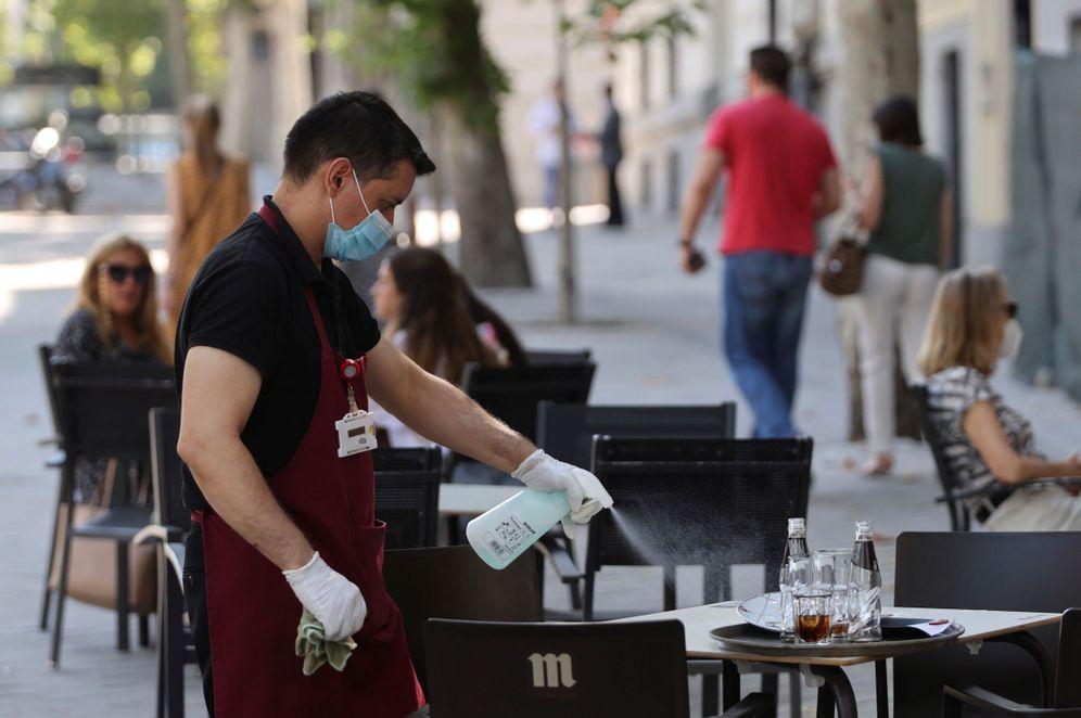 Foto: Un camarero desinfecta una mesa en Madrid. (EFE)
