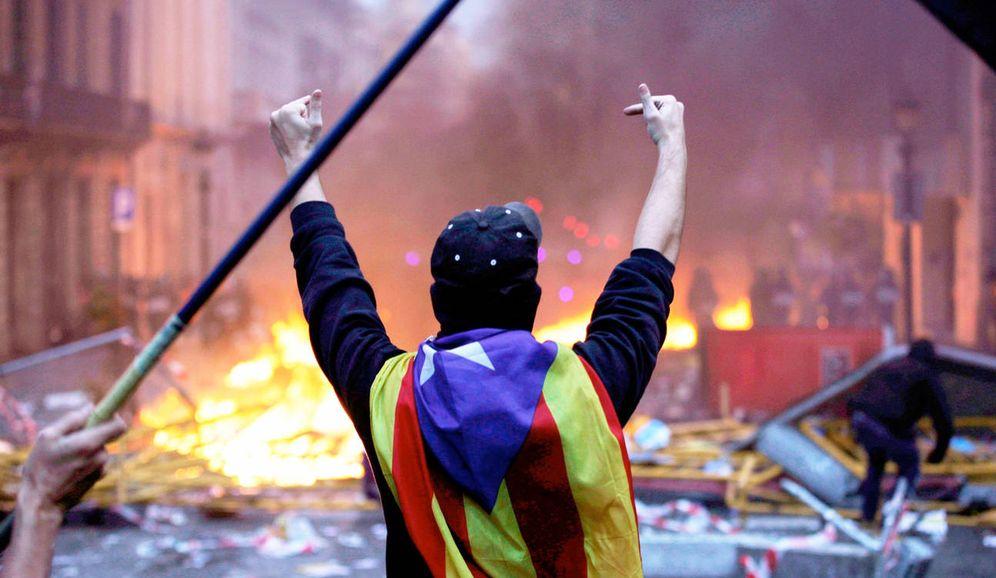 Foto: Un antisistema durante las protestas en Barcelona. (EFE)