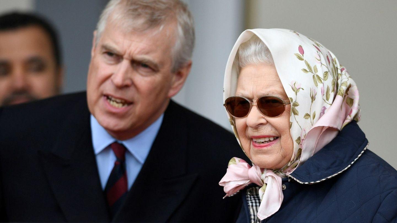 La reina Isabel II y el príncipe Andrés en una imagen de archivo. (EFE)