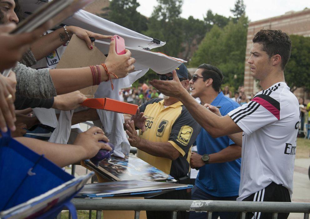 Foto: Cristiano firma autógrafos en la Universidad de California en Los Ángeles (EFE)