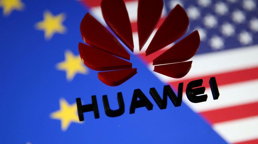 Foto: El logotipo de Huawei, frente a las banderas de la UE y EEUU. (Reuters)
