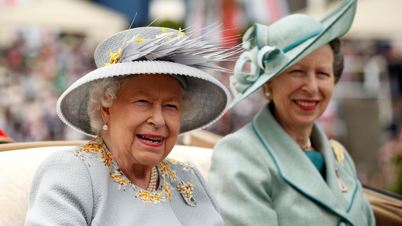 La reina con la princesa Ana. (Reuters)
