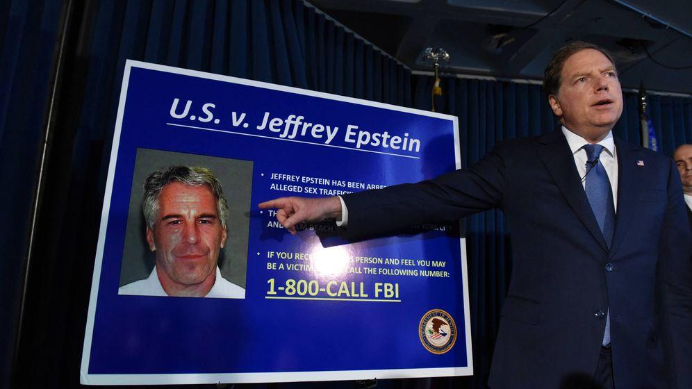 Foto: Geoffrey Berman, en el anuncio de los cargos contra Jeffrey Epstein en 2008. (Getty)