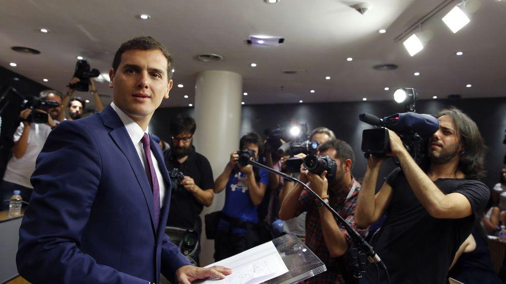 Foto: El presidente de Ciudadanos, Albert Rivera, durante la rueda de prensa tras reunirse con Felipe VI en la Zarzuela. (EFE)