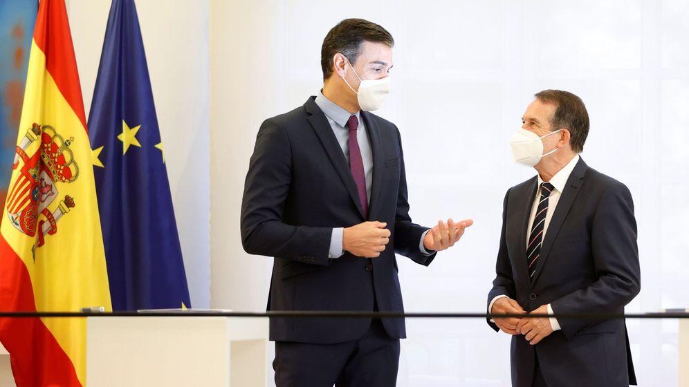 Foto: El presidente del Gobierno, Pedro Sánchez, y el presidente de la Federación de Municipios y Provincias, Abel Caballero. (EFE)