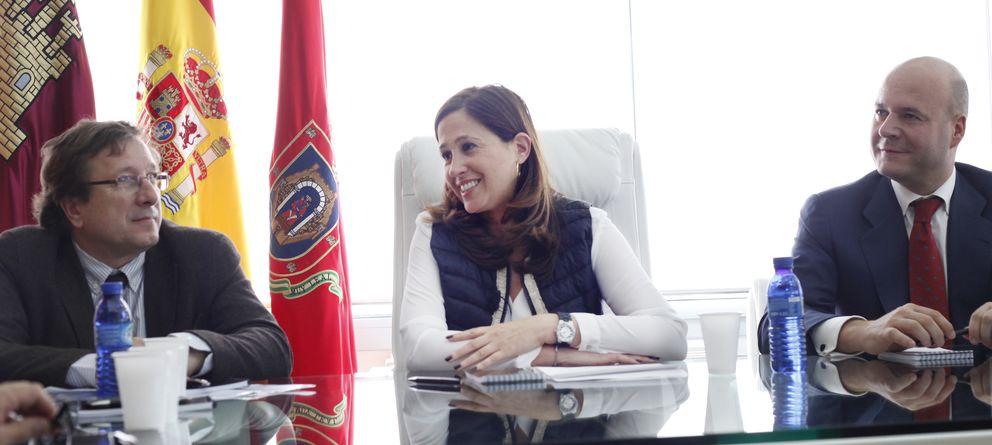 Foto: La alcaldesa de Ciudad Real, Rosa Romero (c) e Ignacio Gastón (d), director general de Ferrovial Servicios. (E. Villarino)