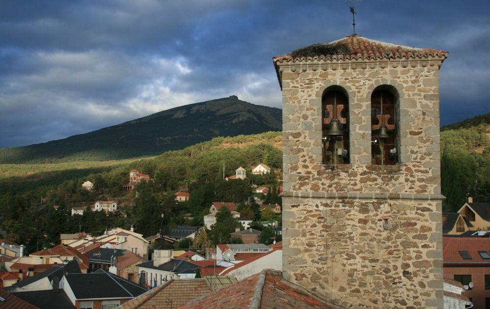 Foto:  La Iglesia, Miraflores de la Sierra y al fondo La Najarra (Ayuntamiento de Miraflores)