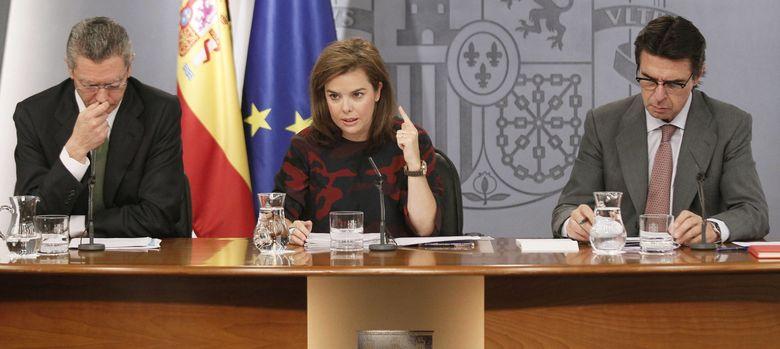 Foto: La vicepresidenta del Gobierno, Soraya Sáenz de Santamaría (c), junto  al ministro de Justicia, Alberto Ruiz Gallardón (Efe)