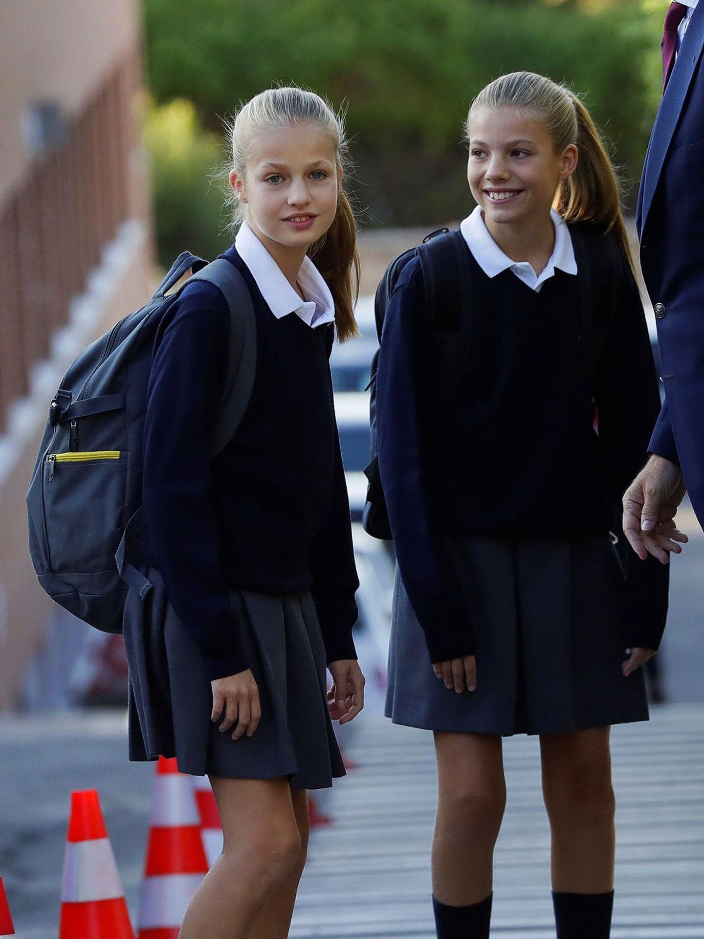 Leonor y Sofía, en una imagen de archivo cuando ambas acudían al colegio Santa María de los Rosales. (EFE)