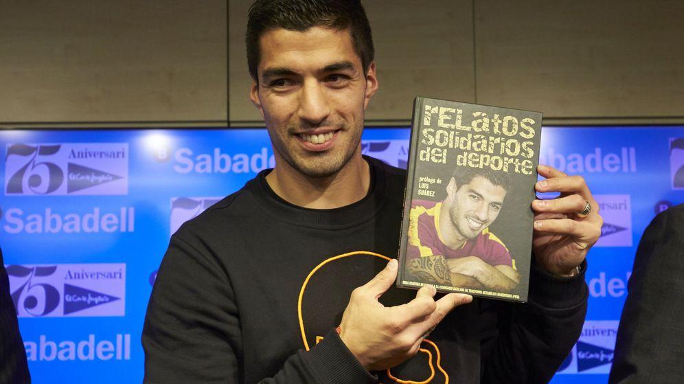 Foto: Luis Suárez posa con el libro 'Relatos solidarios' (Alejandro García/EFE)