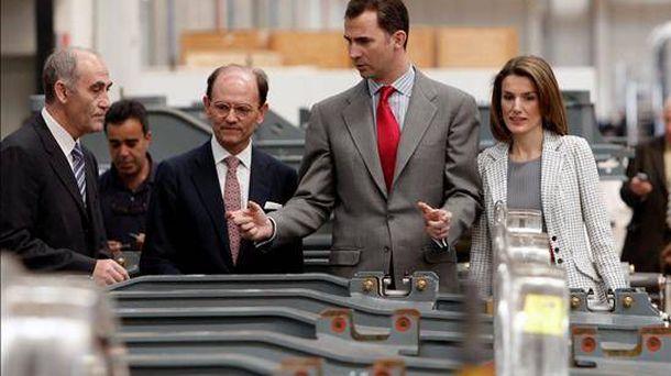 Foto: El director general de Talgo, Segundo Vallejo (izq.), junto a los reyes Felipe VI y Letizia en 2008.