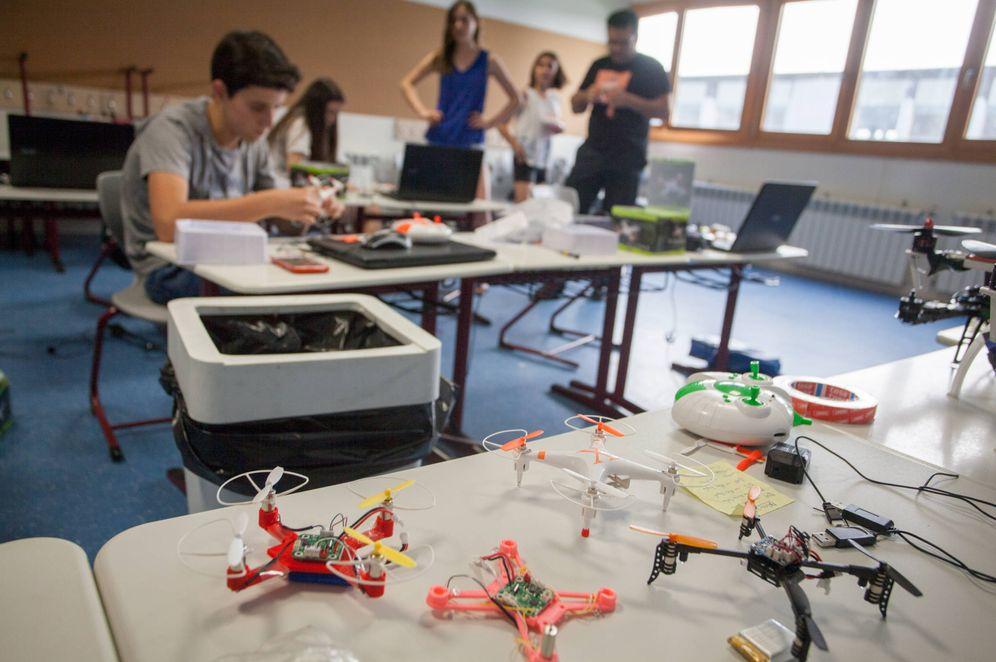 Foto: Los drones que los chicos imprimeron ayer descansan sobre la mesa mientras montan otros más complejos.
