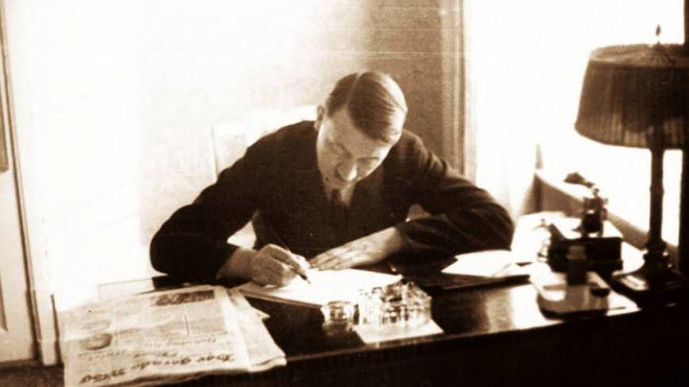 Foto: Adolf Hitler afanándose en la escritura.