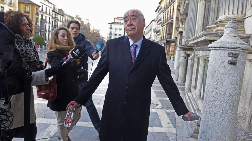 Foto: Luciano Alonso, exconsejero de Educación y Cultura, en el juicio en Granada, el pasado mes de enero (Efe).