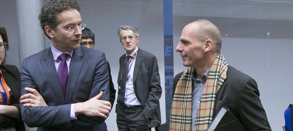 Foto: Varufakis ante Dijsselbloem en la reunión del Eurogrupo. (Reuters)