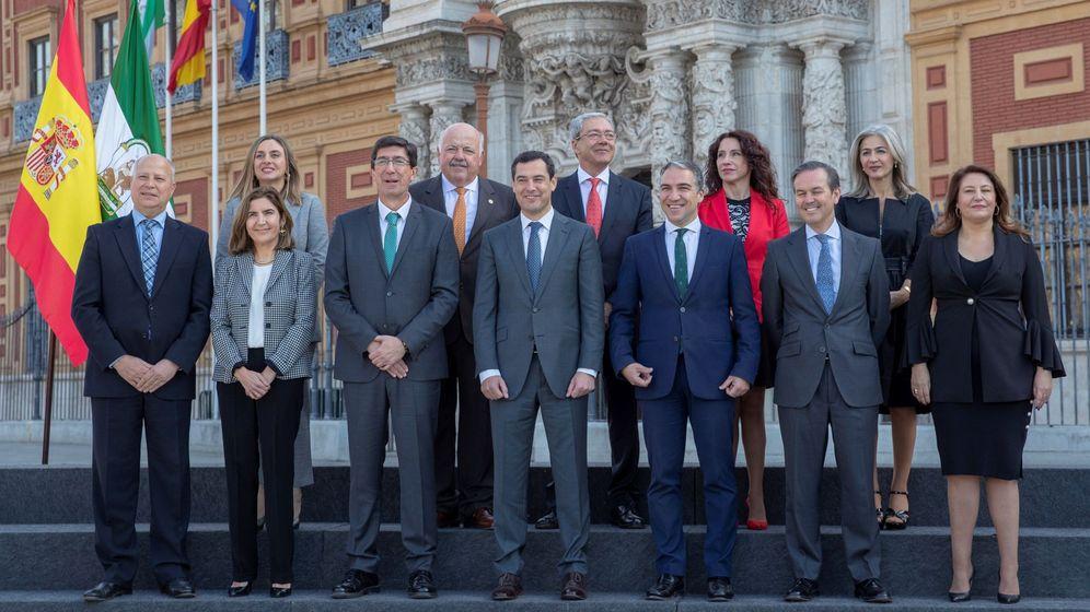 Foto: El presidente de la Junta, Juanma Moreno, posa ante el Palacio de San Telmo en Sevilla con los 11 consejeros del nuevo Gobierno andaluz de coalición PP y Cs tras el acto de toma de posesión. (EFE)