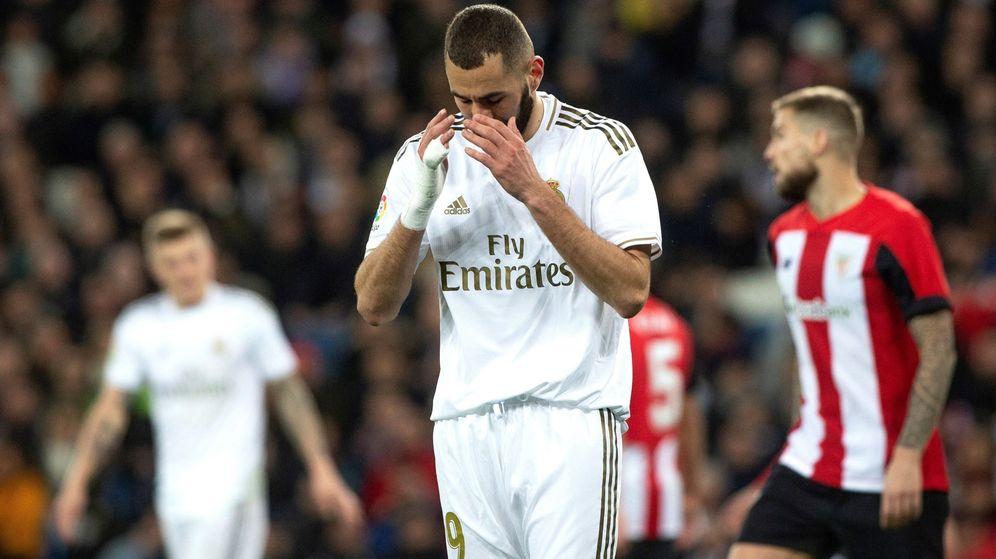 Foto: Benzema se lamenta de una ocasión fallada en el partido contra el Athletic. (Efe)