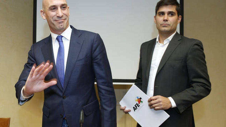 Luis Rubiales, con David Aganzo, en su despedida de AFE. (EFE)