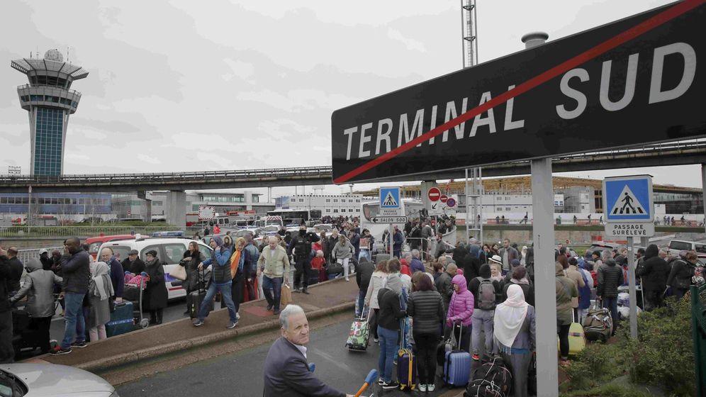 Foto: Evacuación de pasajeros en la terminal sur del aeropuerto de París-Orly. (Reuters)