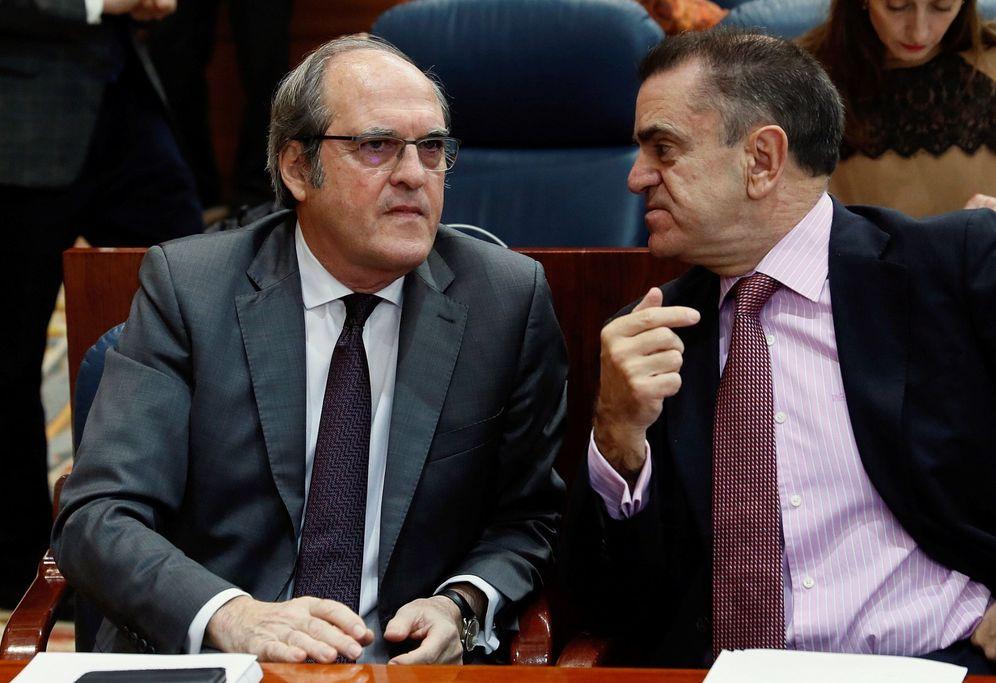 Foto: Ángel Gabilondo, portavoz socialista en la Asamblea de Madrid, con José Manuel Franco (d), líder del PSOE-M, el pasado 21 de diciembre en la Cámara. (EFE)