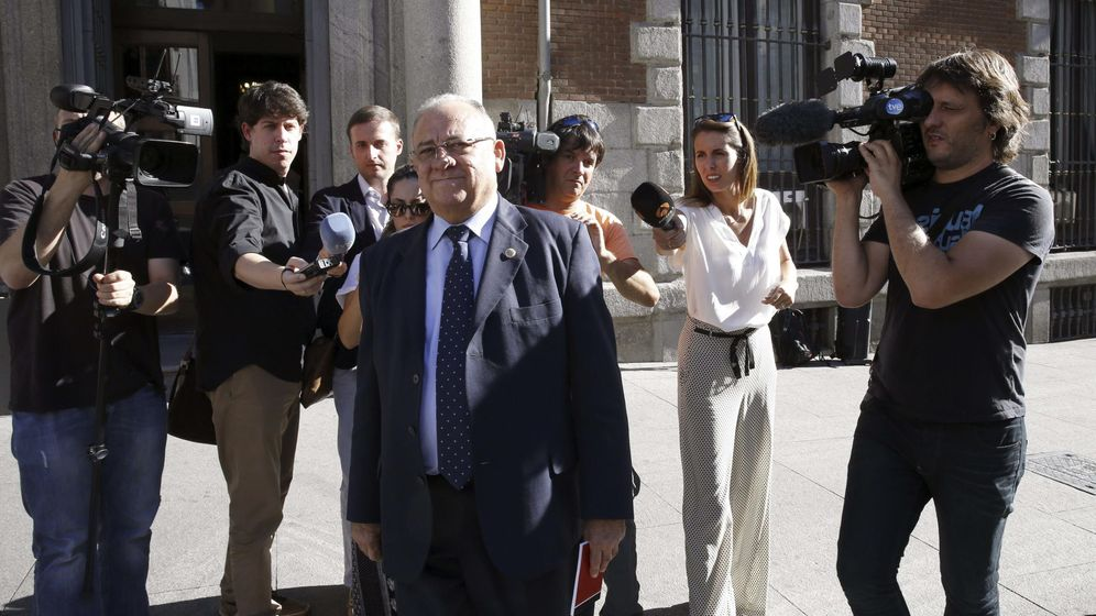 Foto: El embajador de Venezuela en España, Mario Isea, a su salida del ministerio. (Efe)