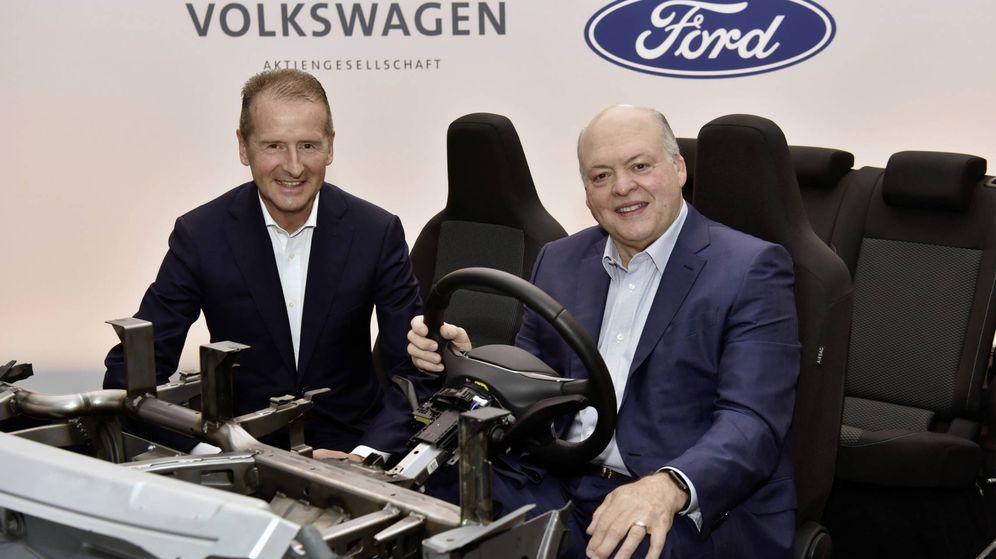 Foto: El consejero delegado del Grupo Volkswagen, Dr. Herbert Diess, a la izquierda, y Jim Hackett, presidente y consejero delegado de Ford.