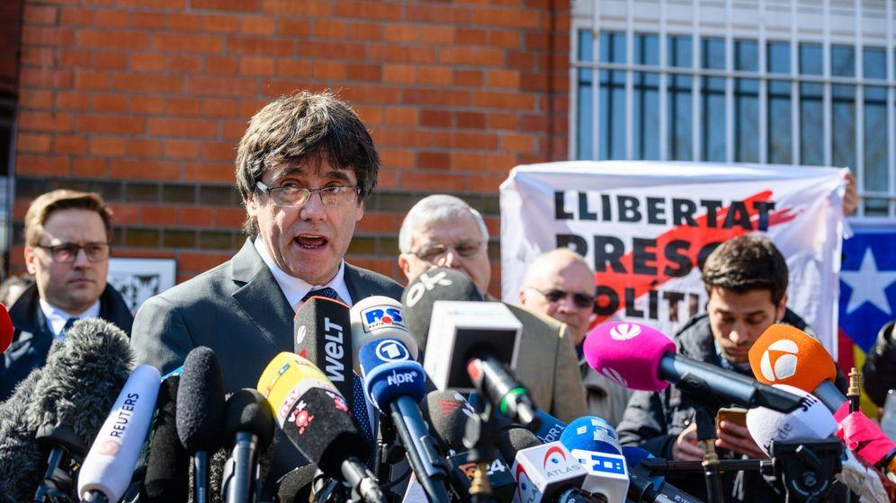 Foto: El expresidente de la Generalitat de Cataluña Carles Puigdemont a su salida de la cárcel de Neumünster. (EFE)