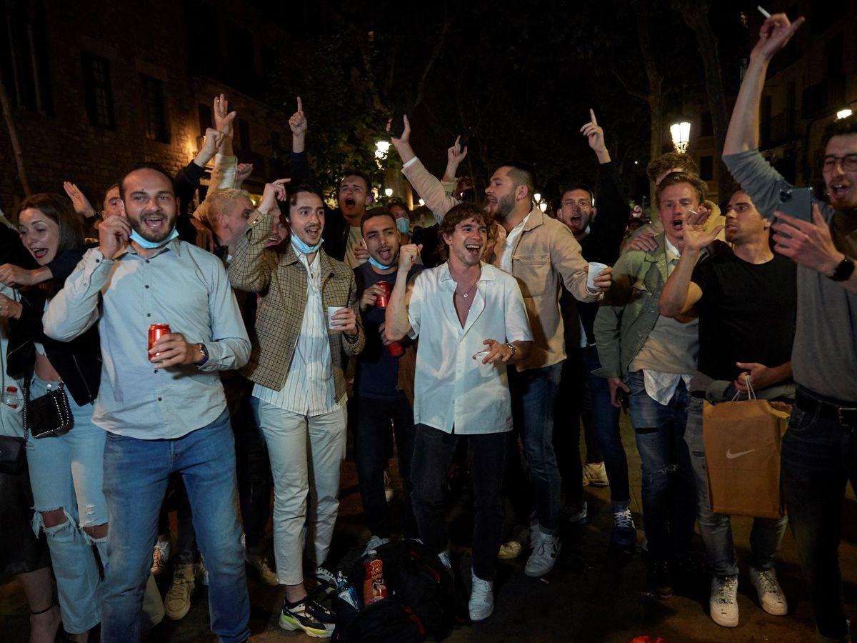 Foto: Jóvenes en un botellón de Barcelona. (EFE)