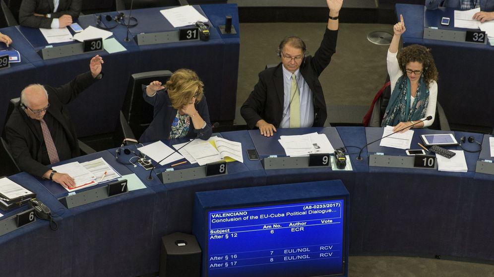 Foto: Varios eurodiputados votan sobre el acuerdo de diálogo UE-Cuba en el Parlamento Europeo en Estrasburgo. (EFE)