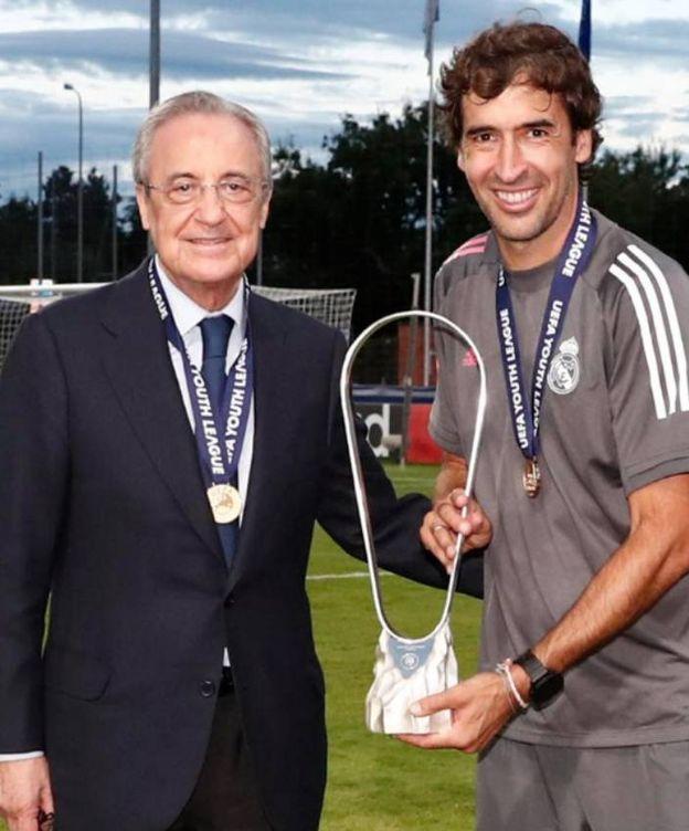 Foto: Florentino Pérez y Raúl posan con el trofeo de campeones de la Youth League. (realmadrid)
