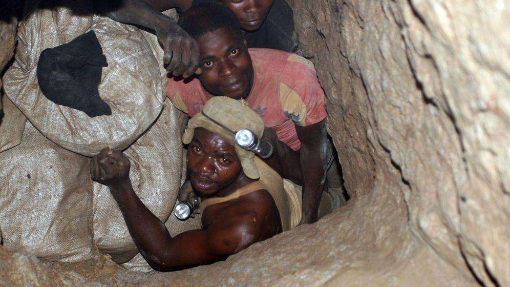 Foto: Mineros trabajan en las minas congoleñas de la ciudad de Kambove. (Reuters)