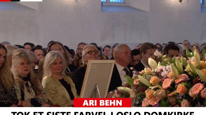 Ebba junto a su madre y los padres de Ari.