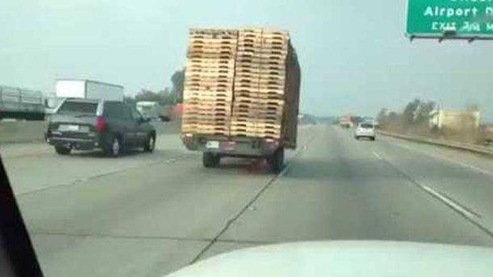 Peligro en el asfalto: un remolque de palés circula sin conductor por una autopista de California